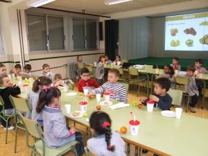 Cerca de 600 escolares incorporan las naranjas a un desayuno saludable de la mano de nuevos talleres de Salud y Agricultura