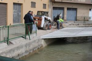 Servicios Públicos construye un nuevo paso peatonal sobre la acequia en Molí la Vila en colaboración con el Sindicato de Riegos