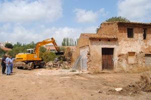 """Vila-real elimina un """"foco histórico"""" de inseguridad e insalubridad en Botànic con el derribo del conjunto de alquerías abandonadas"""