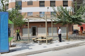 La placeta entre las calles Molí Bisbal y Almazora se amplía para dotar al vecindario de un renovado punto de encuentro