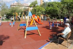 Servicios Públicos renueva las zonas de juegos del área de la Panderola con dos actuaciones de mejora de la seguridad