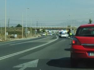Cortan la antigua N-340 por la colisión de un vehículo articulado con el puente