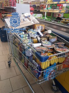 La Policía Nacional detiene a dos personas por el hurto en dos supermercados