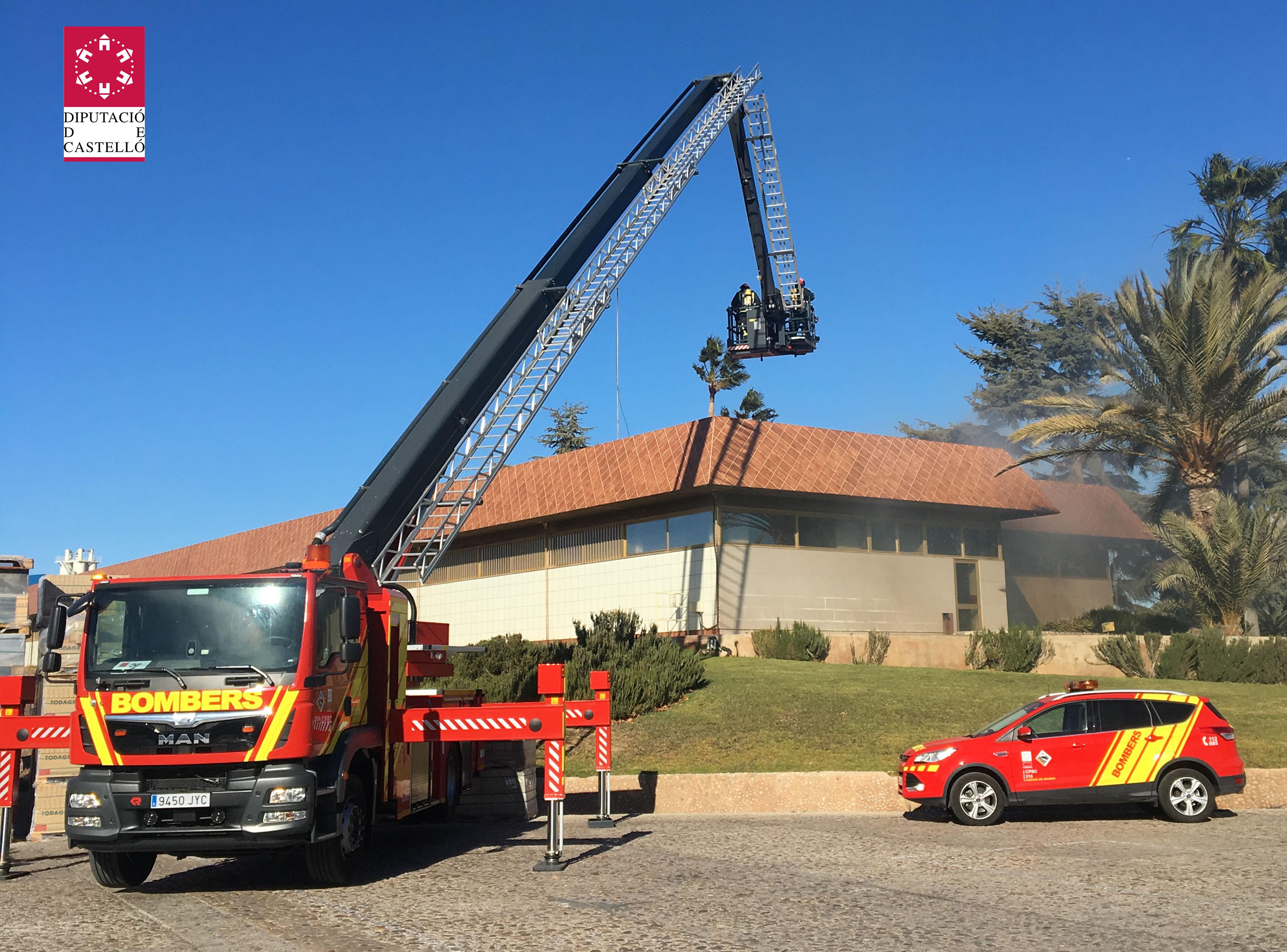 Efectivos del SIAB dan por controlado el incendio en una zona industrial de Vila-real