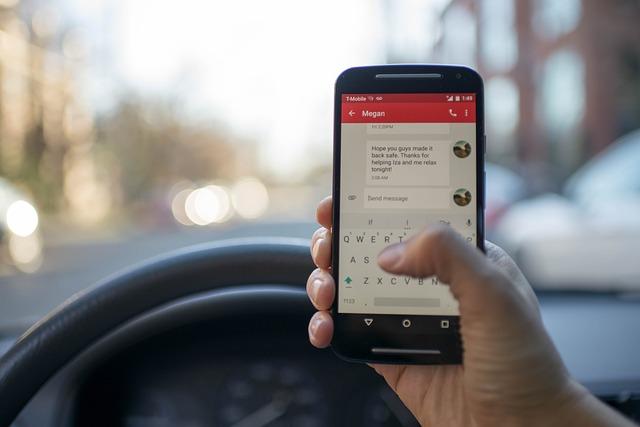 La Policía Local de Vila-real impulsa una campaña de control del  uso del teléfono móvil durante la conducción.