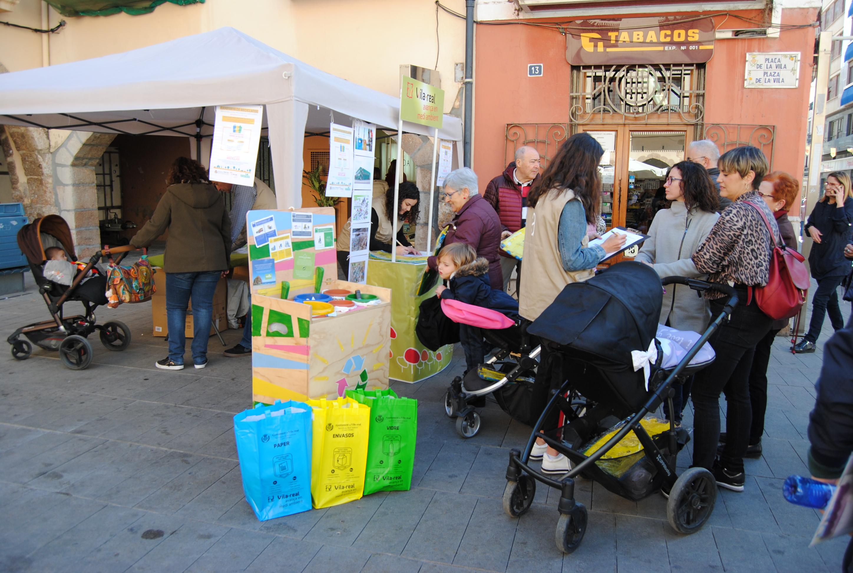 Una campaña, pregunta sobre hábitos de reciclaje y reparte kits con bolsas de separación.