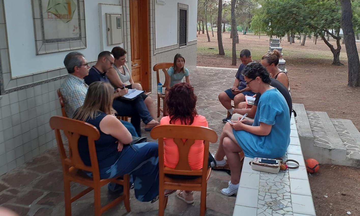 La coordinadora de AMPA de Vila-real se reúne con la nueva edil de Educación para abordar las necesidades de centros y familias.