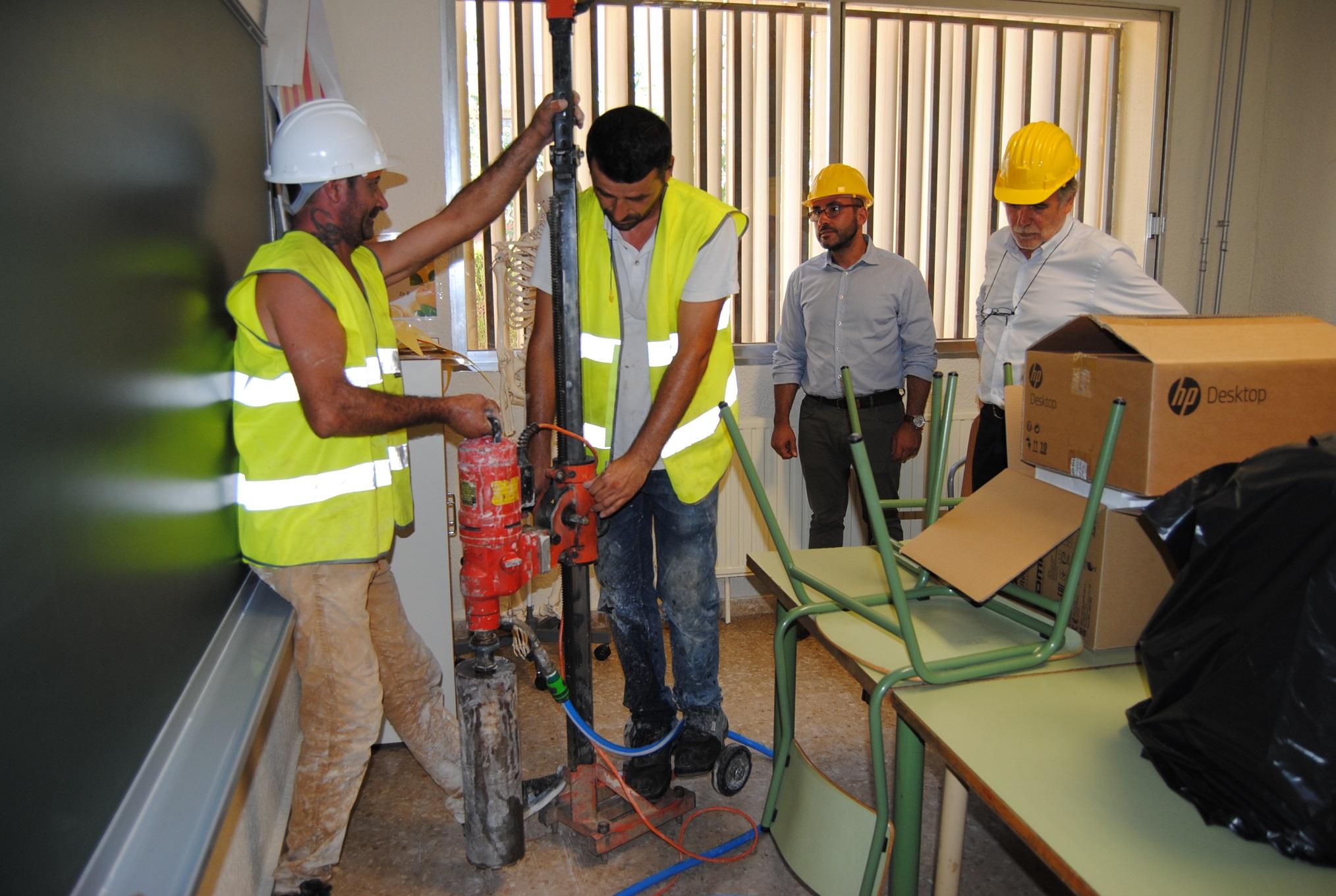 Actúan de emergencia en el colegio Escultor Ortells tras detectar de cemento aluminoso en el colegio.