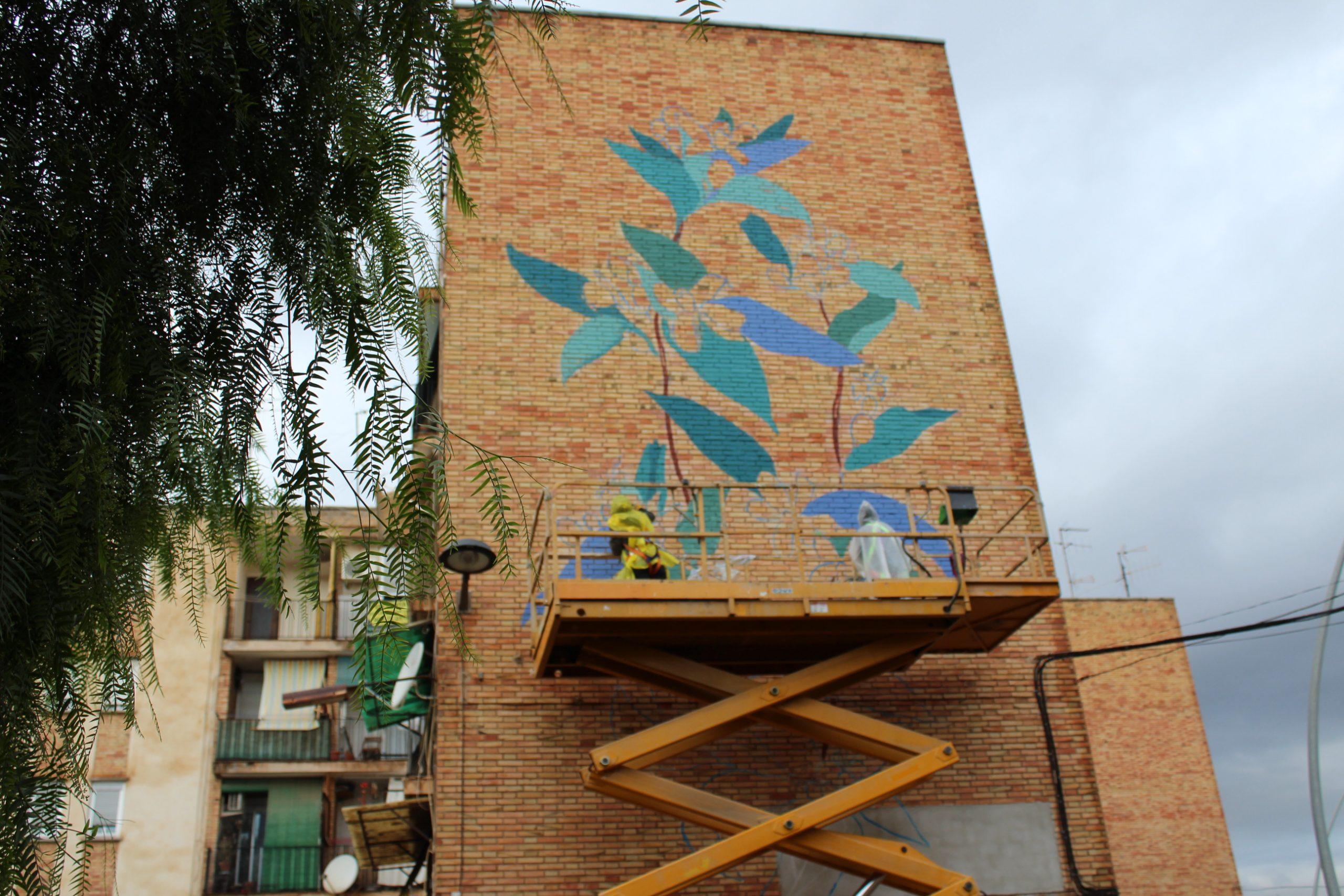 Eliminan una vieja placa franquista de un grupo de viviendas del Barranquet de Vila-real