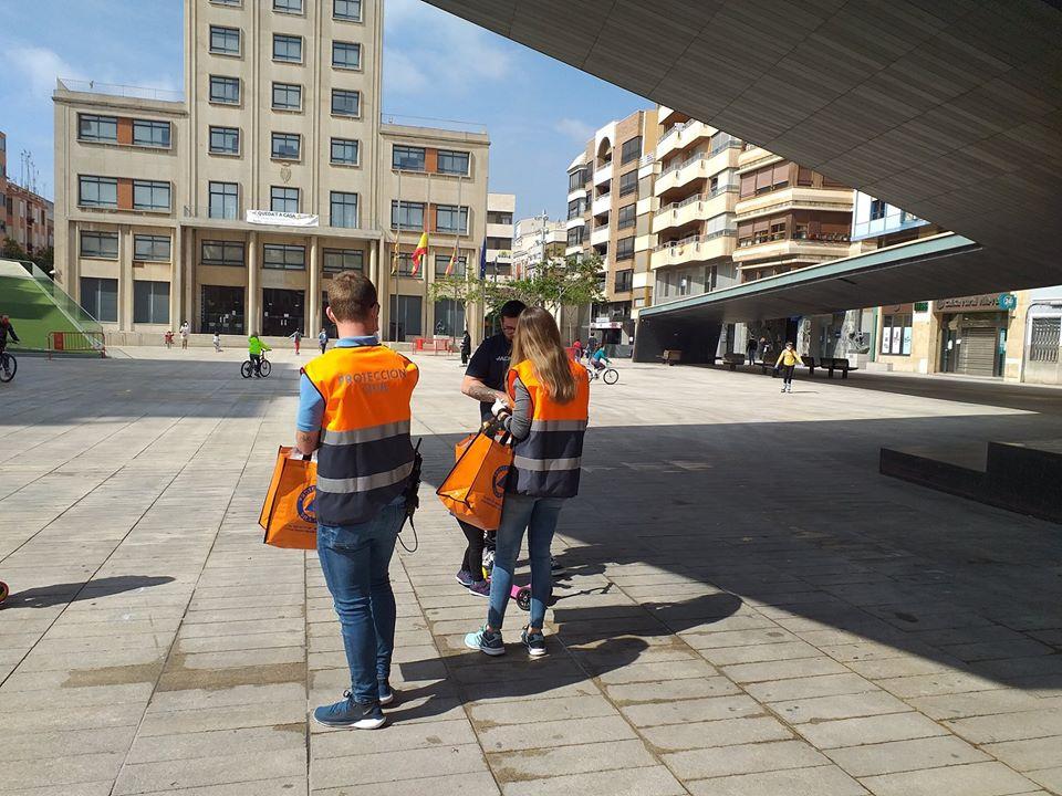 Vila-real entrega mascarillas en el primer día de salidas autorizadas de menores