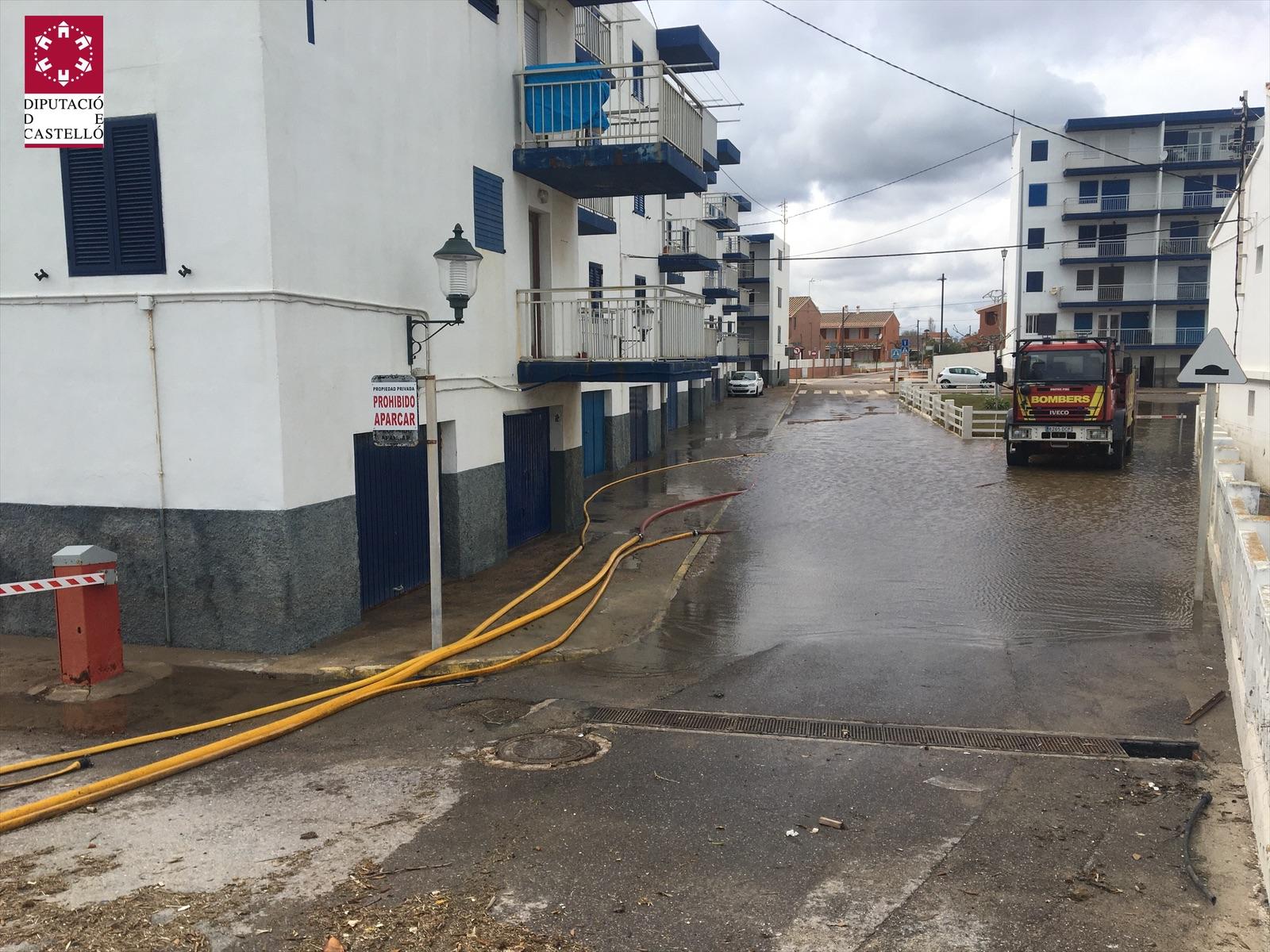 Los bomberos de la Diputación finalizan el achique de agua en la vía pública en Almasora