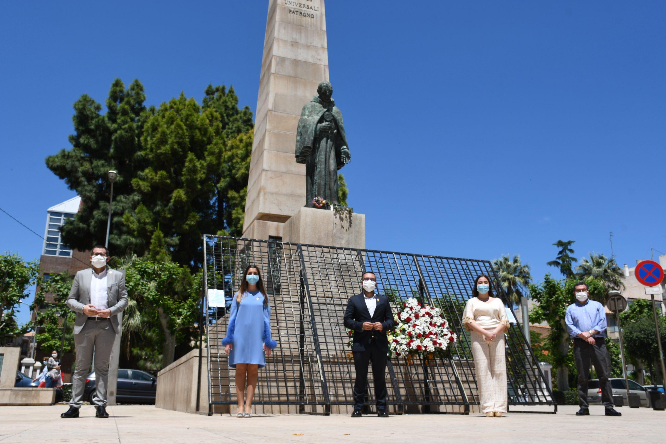 Vila-real habilita la estructura de la ofrenda a San Pascual para facilitar las muestras espontáneas de homenaje floral al patrón