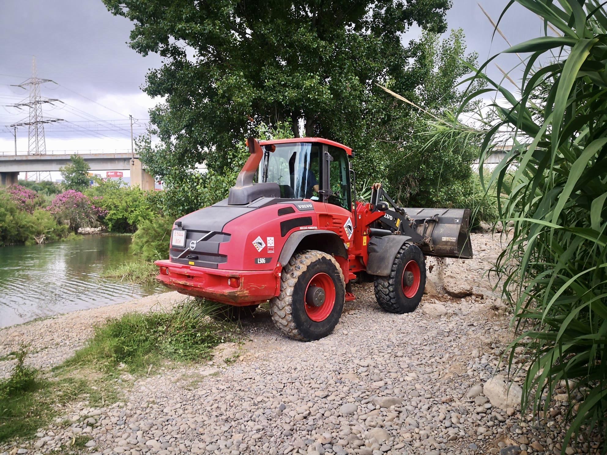 Bomberos reparan los caminos del Millars dañados por las lluvias