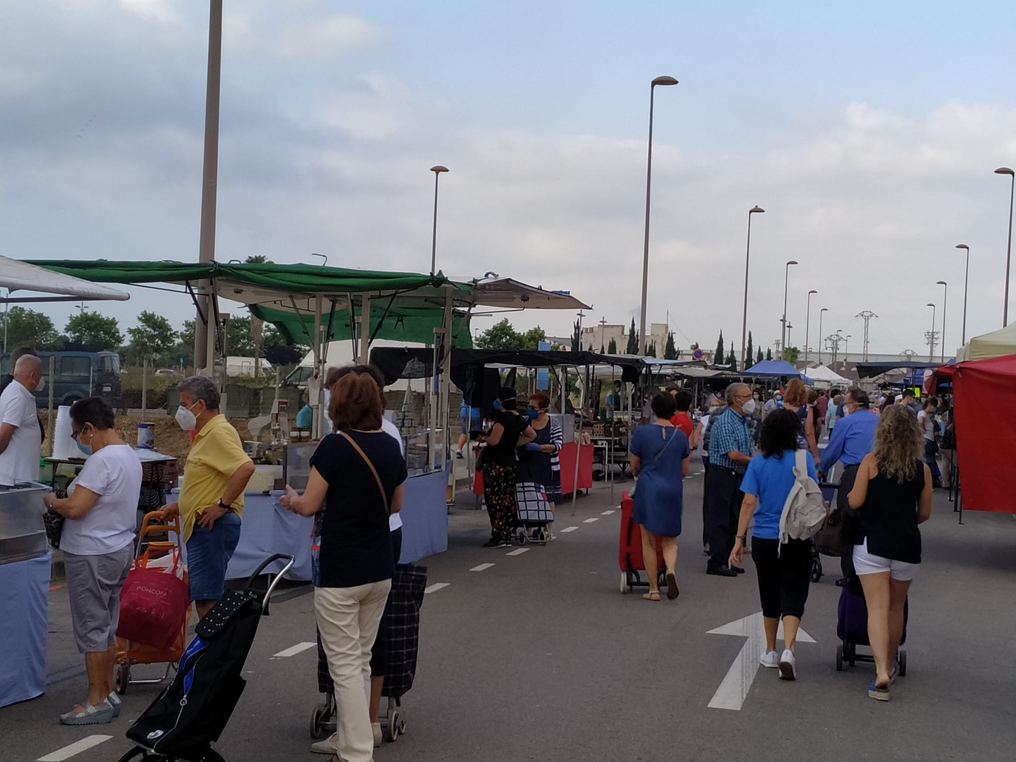 El mercado de los martes de Burriana, al completo, se celebra en la zona de Novenes
