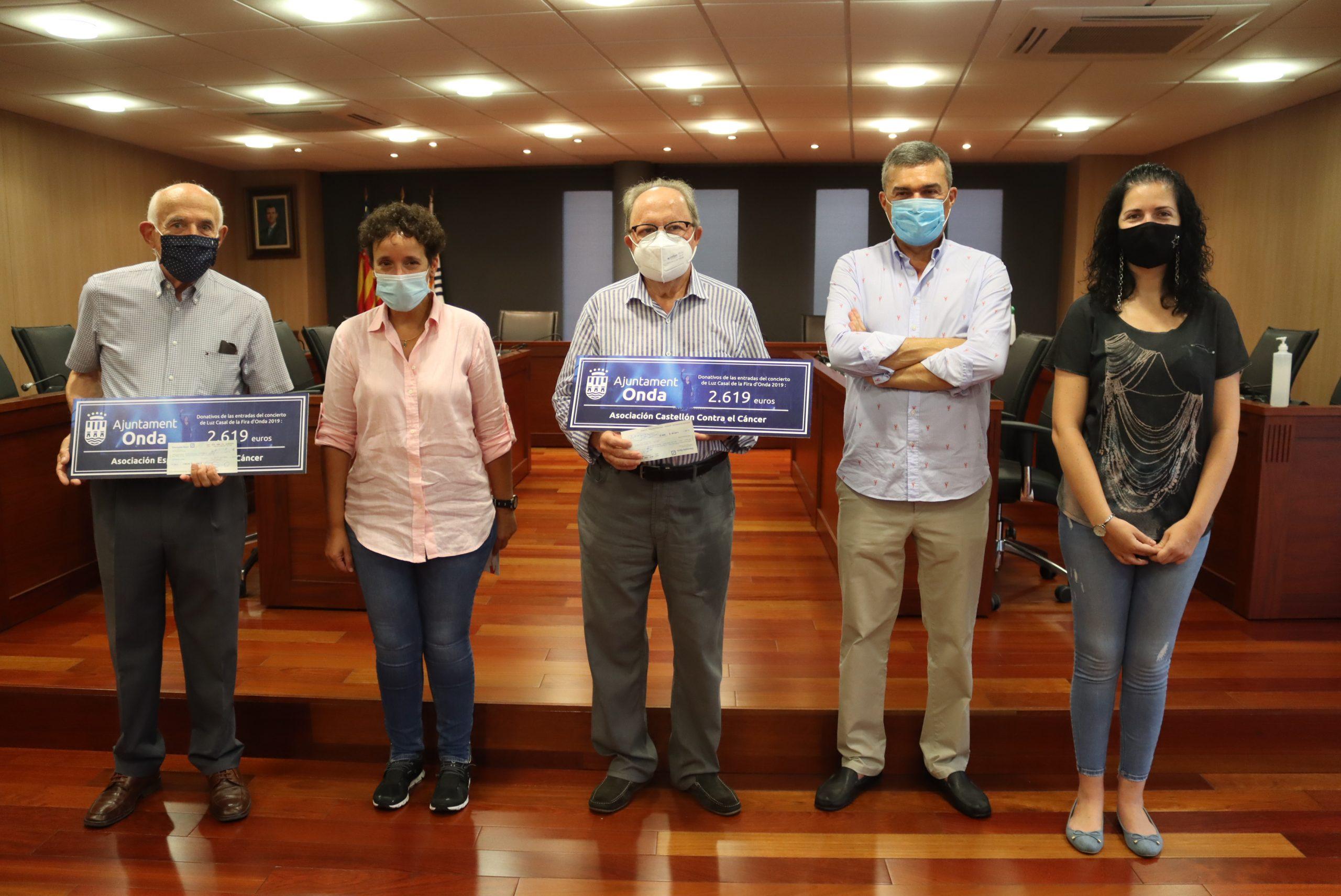 Los ondenses donan 5.238 euros a lucha contra el cáncer recaudados en el concierto solidario de Luz Casal