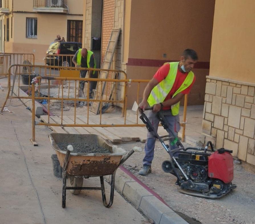 Vila-real trabaja en la modernización de la red de agua potable con la renovación de canalizaciones en la calle Furs de València