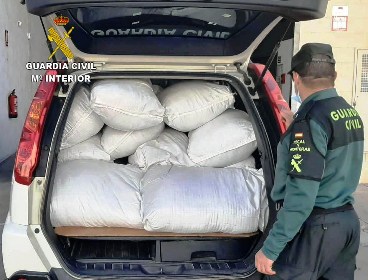 """La Guardia Civil incauta 18 sacos de hoja de tabaco tipo """"strip"""" en la localidad de Onda"""