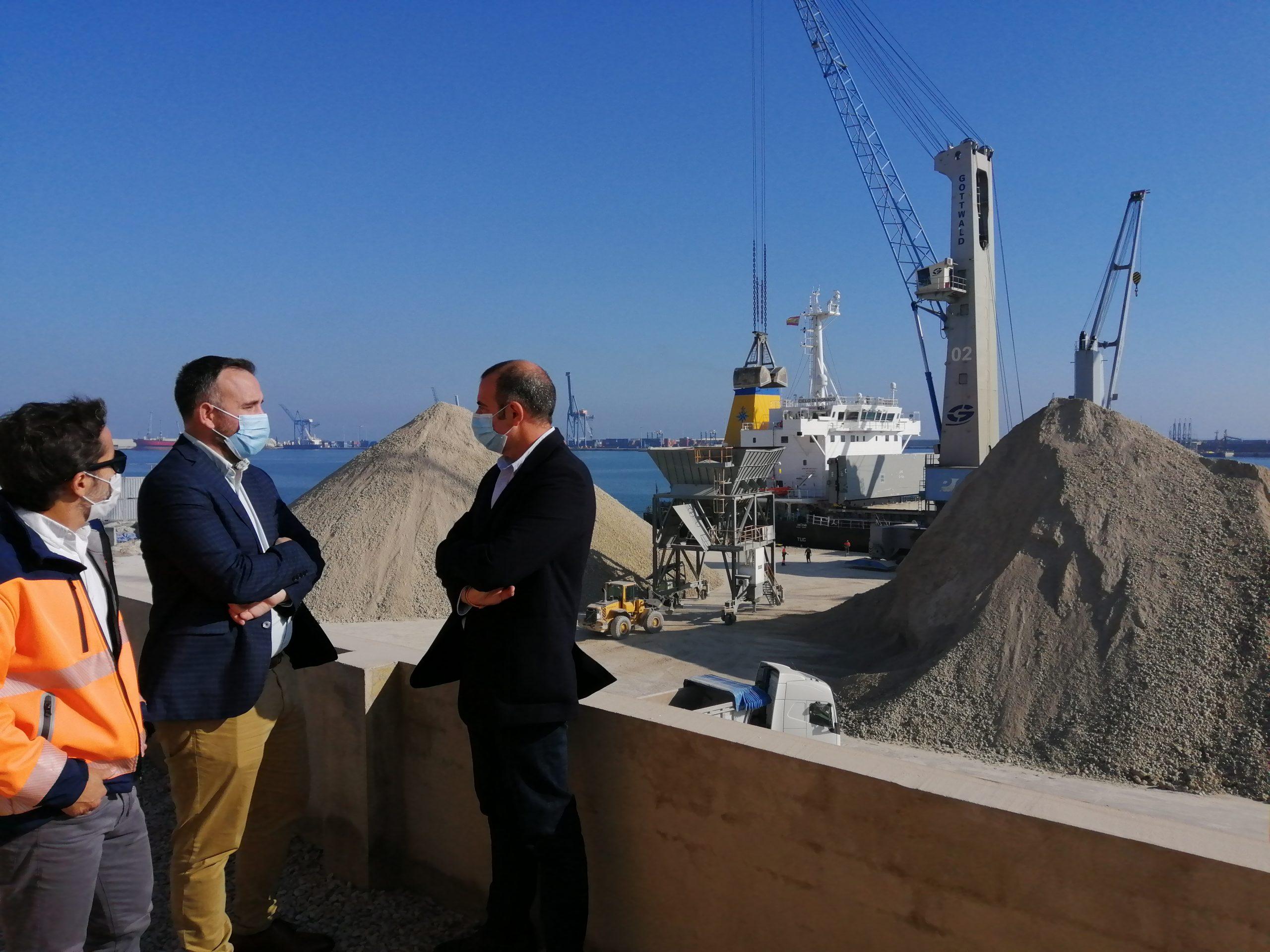 PortCastelló descarga 177.000 toneladas de arcilla en una semana