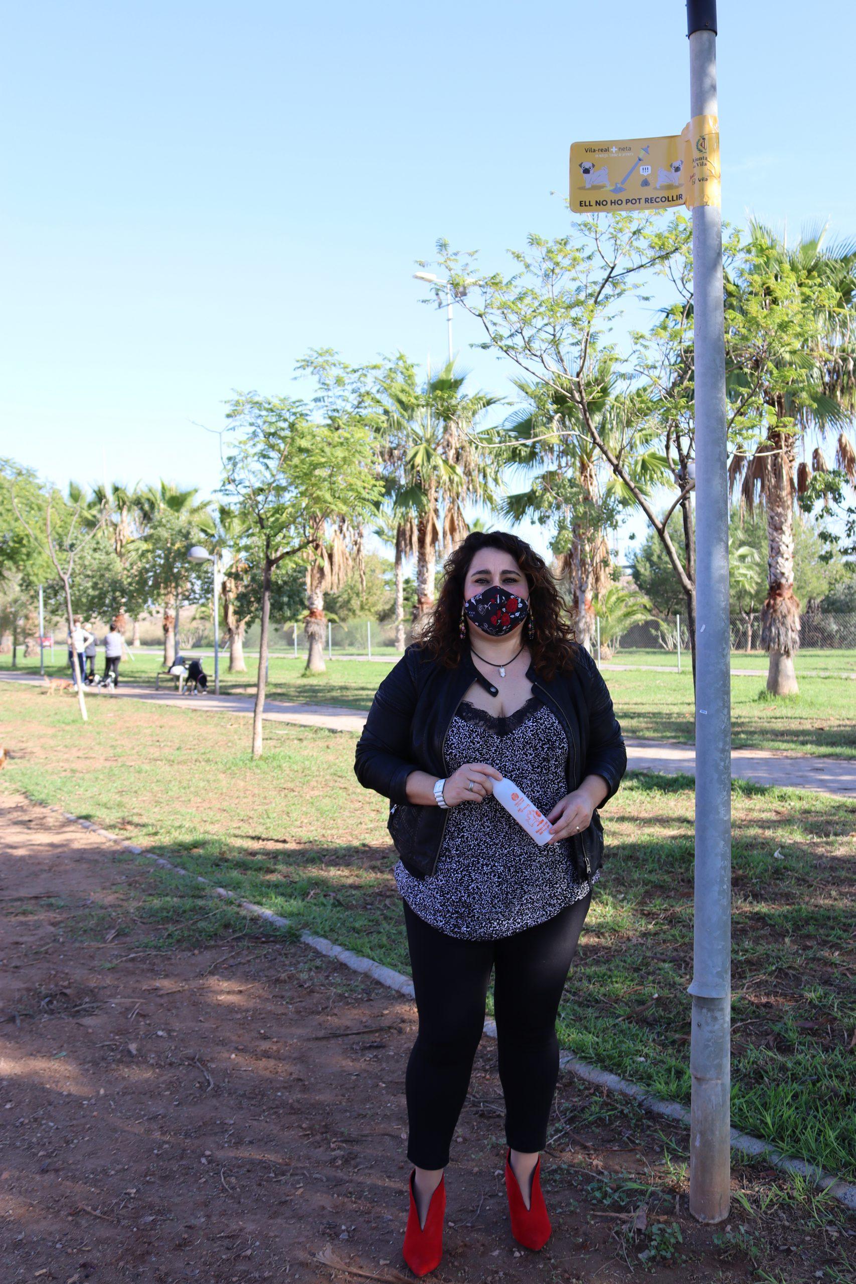 El Ayuntamiento de Vila-real, a través de la concejalía de Proximidad, conciencia sobre la suciedad de las mascotas en la vía pública con el reparto de 3.000 botellas para la limpieza de orines