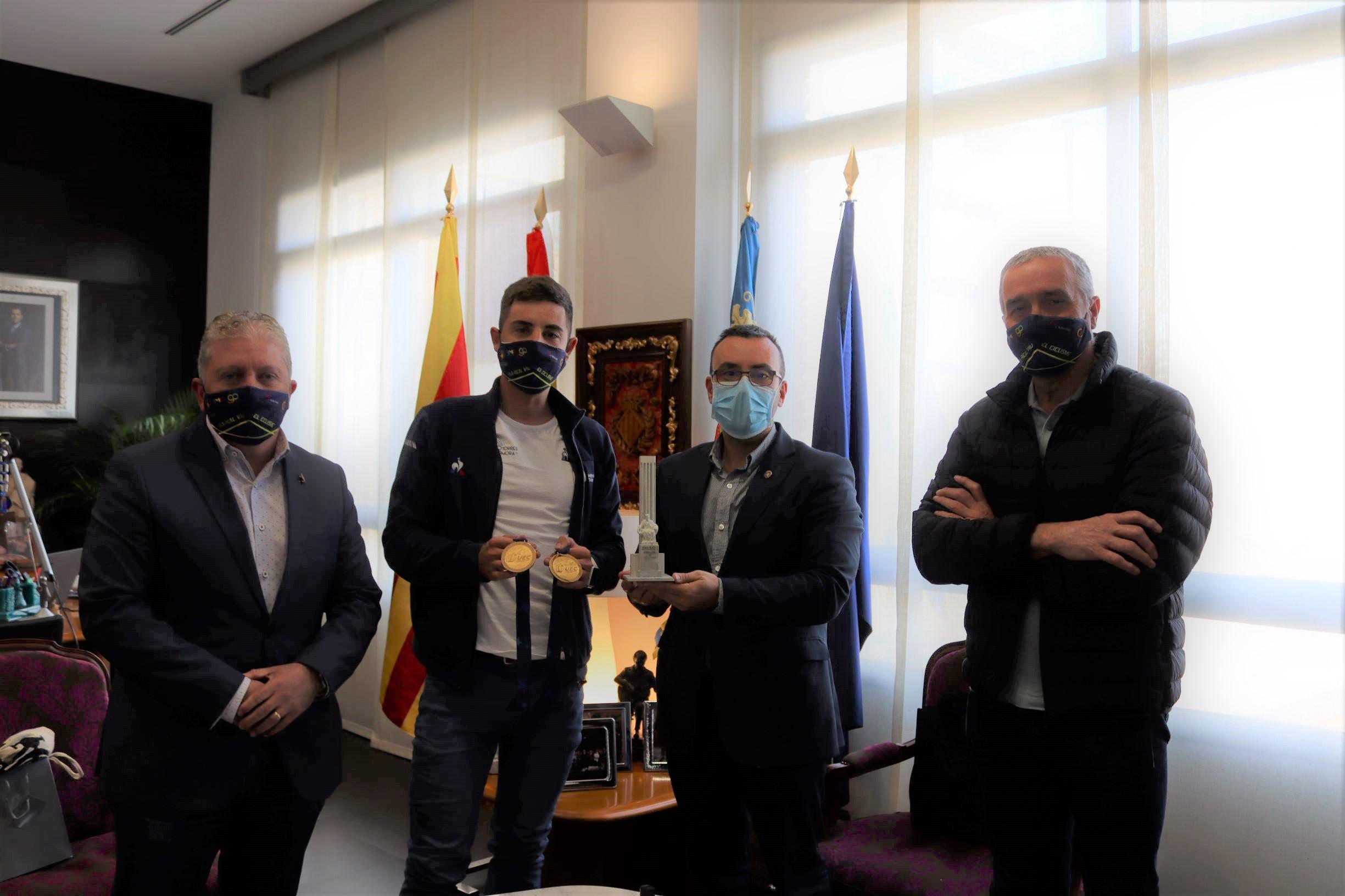 L'alcalde rep a Sebastián Mora després dels seus triomfs al campionat europeu de ciclisme en pista