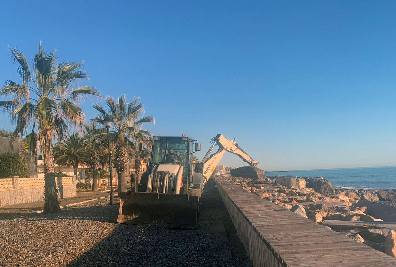 Almenara limpia el paseo marítimo tras el paso de la borrasca «Filomena»