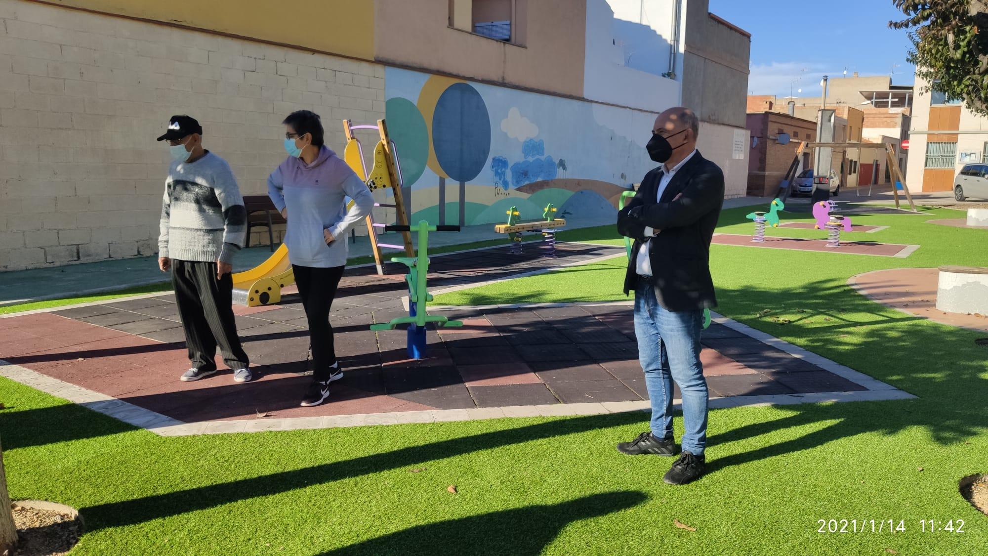 Servicios Públicos de Vila-real adapta y moderniza el jardín del Progreso con la instalación de nuevos juegos infantiles y césped artificial