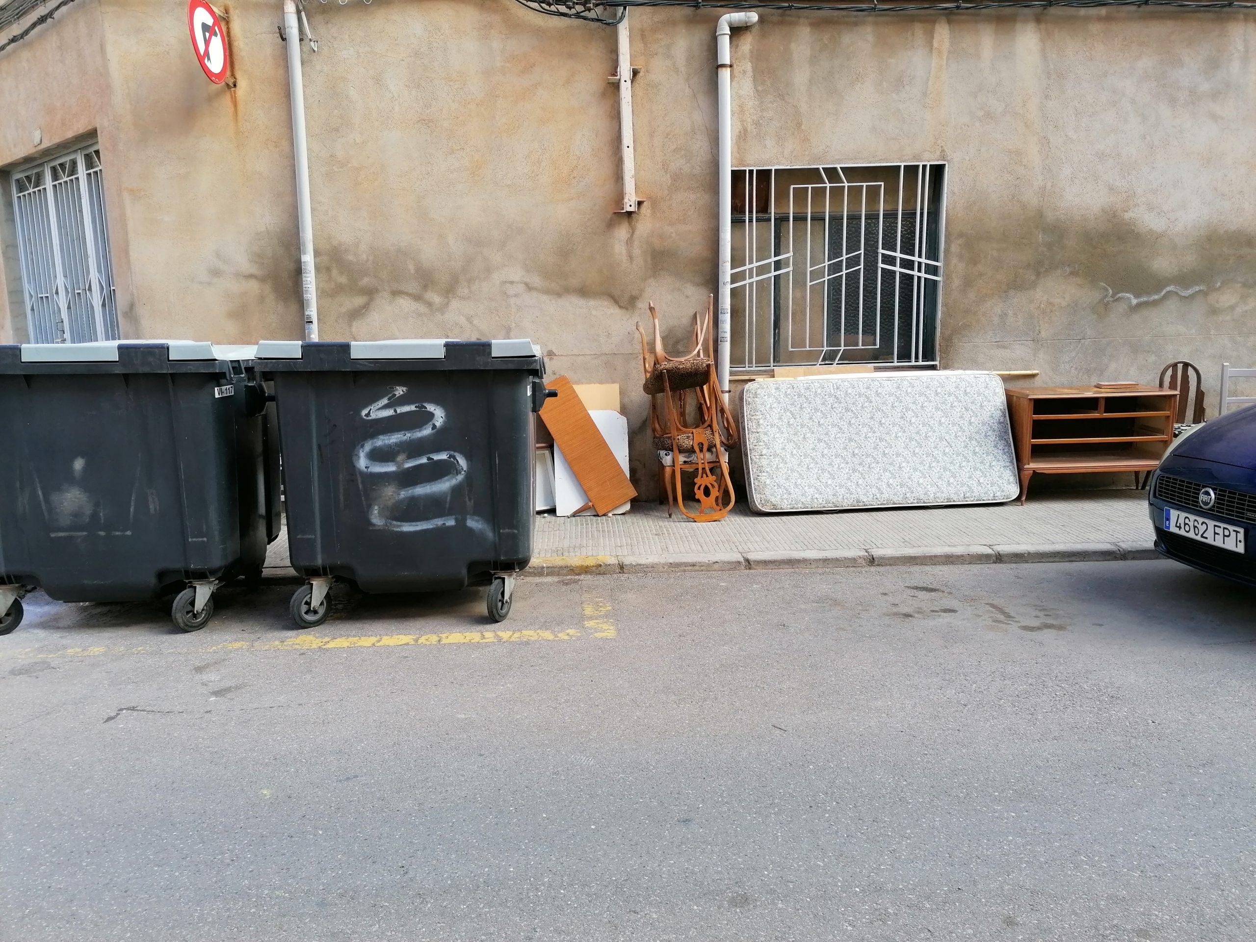 Compromís per Vila-real solicita más vigilancia para frenar el depósito de enseres entre las calles Ponent Baix y Artana