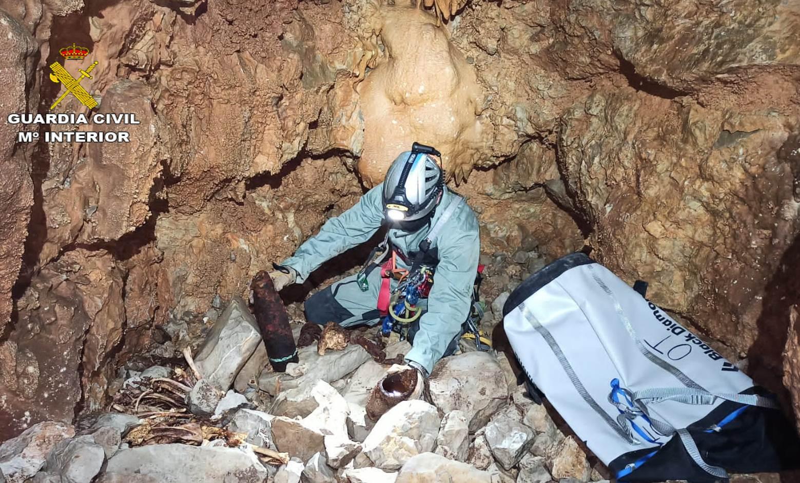 La Guardia Civil extrae y destruye tres proyectiles de la pasada guerra civil encontrados en dos simas del término municipal de Tirig