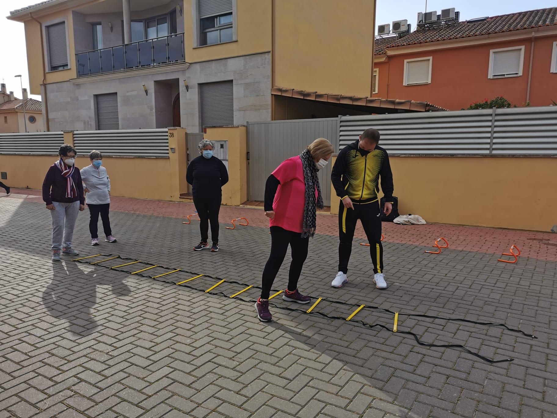 La Plaça 8 de Març de Almenara acoge las sesiones de gimnasia para mayores dentro de la programación del Día Internacional de la Dona