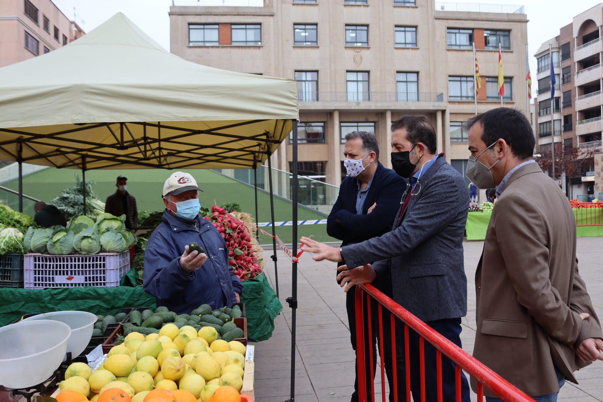 Economía cierra un acuerdo con Carrefour para la venta de fruta y verdura de los productores locales del mercado del jueves