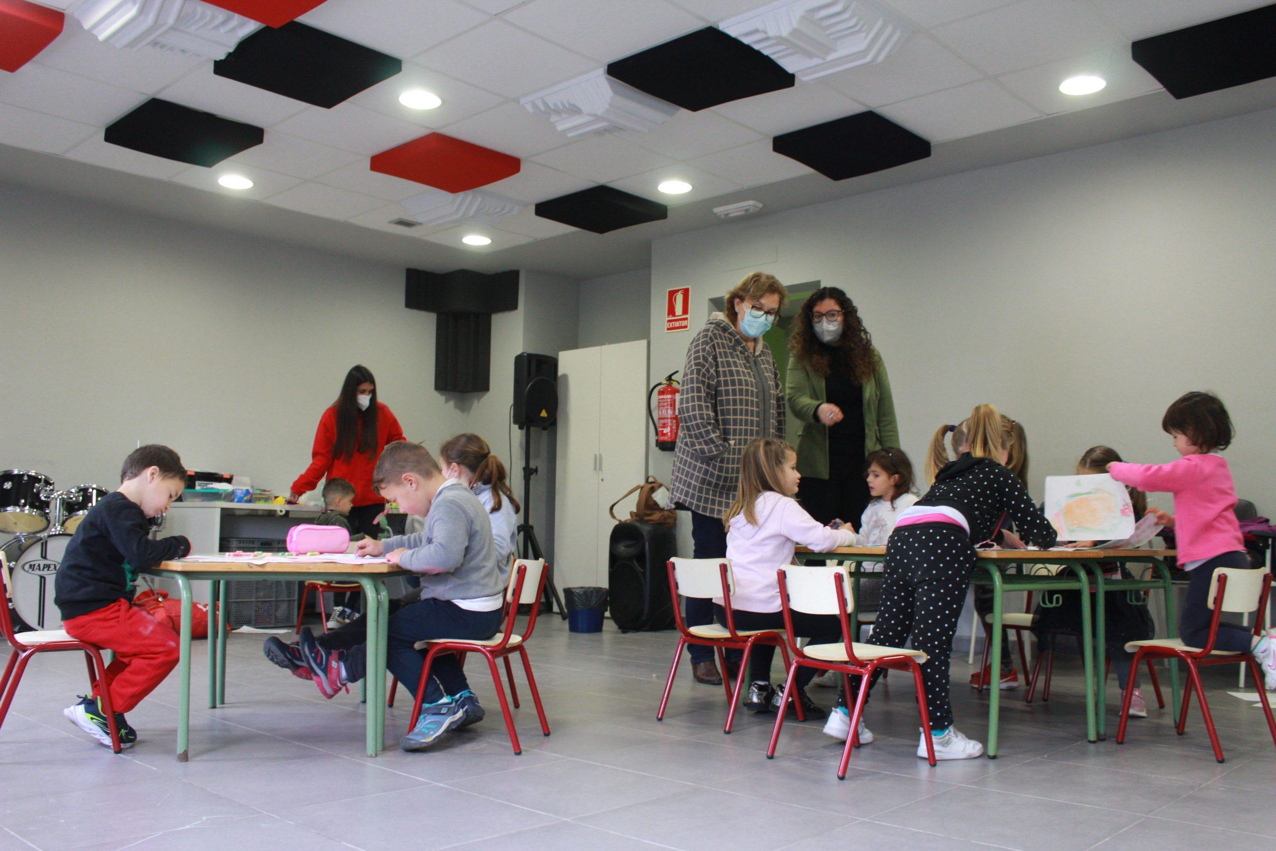 Safont visita a los niños y niñas que participan en les 'Escoletes de Pasqua' de Borriana