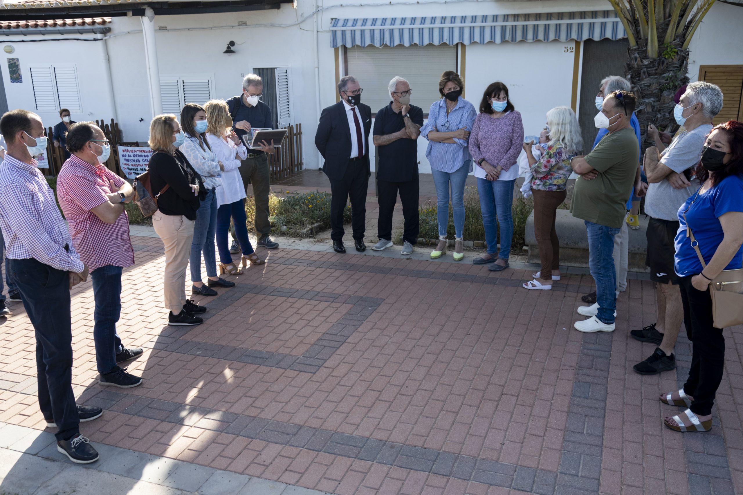 Martí visita el poblado marítimo de Torre la Sal para mostrar el respaldo de la Diputación de Castellón