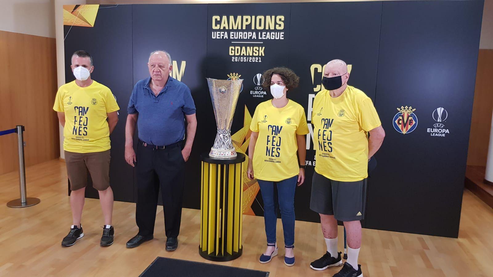 El salón de plenos del ayuntamiento de Almenara acoge el trofeo de la UEFA Europa League conquistada por el VILLARREAL CF