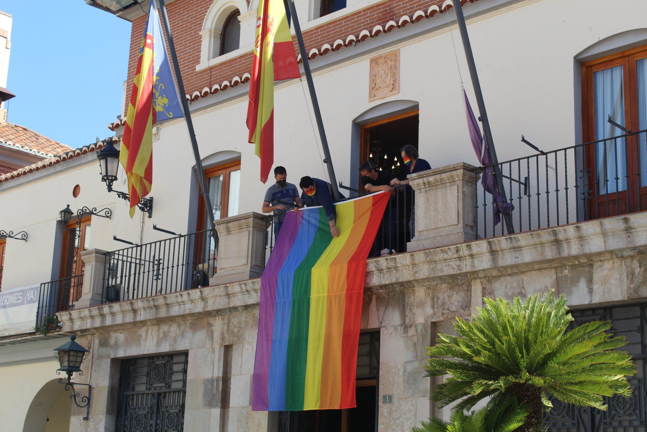 Nules cuelga la bandera LGTBI+ en el balcón del ayuntamiento en el Día Internacional del Orgullo