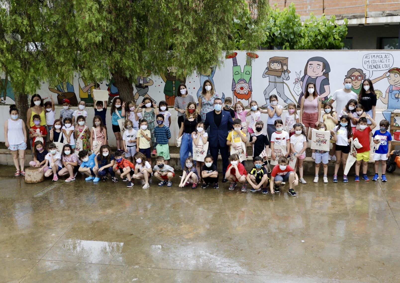 Benlloch visita el mural de les tradicions locals del pati infantil de Pius XII