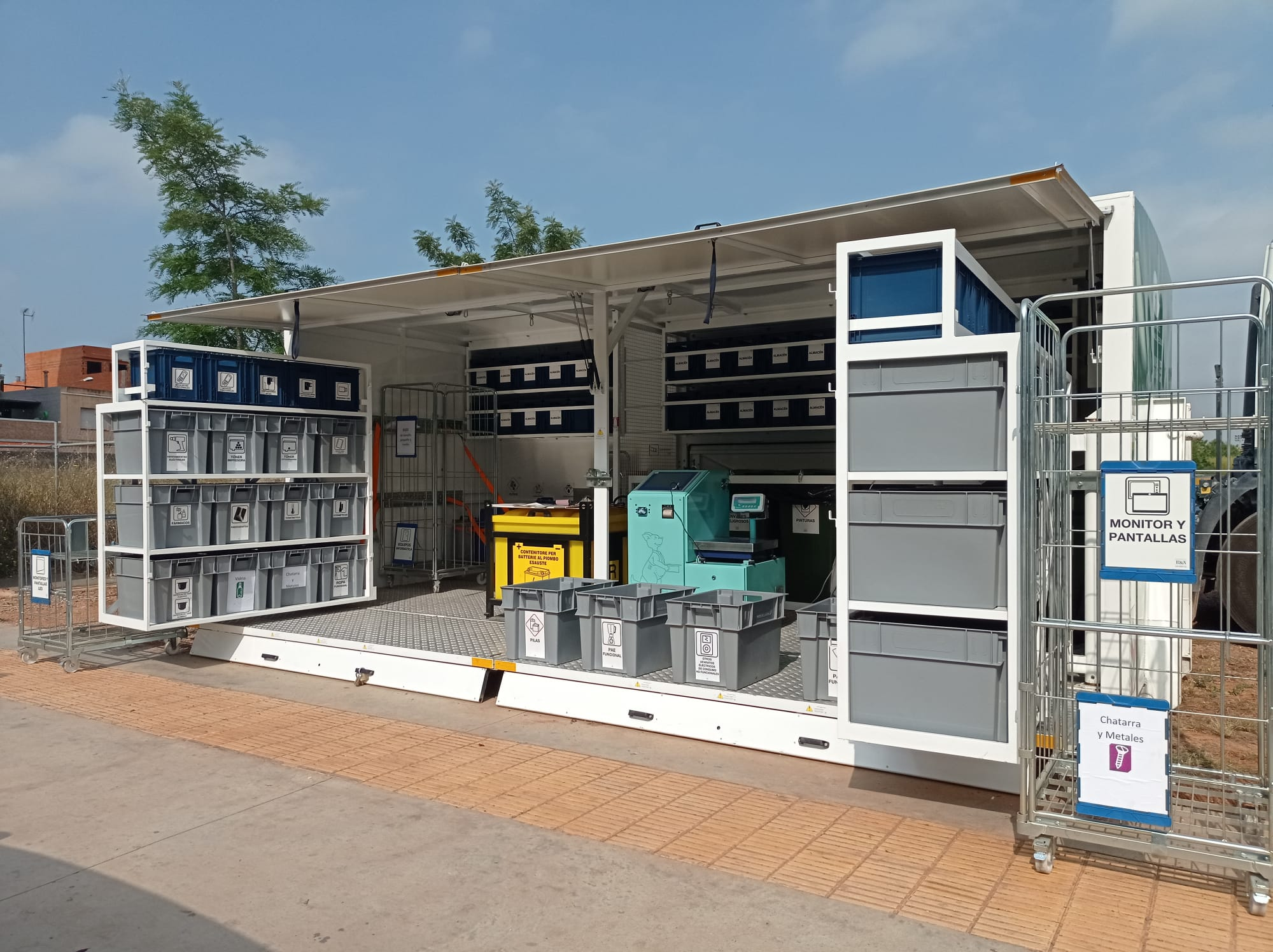 Vila-real incorpora un servicio periódico de ecoparque móvil, a través de Reciplasa, para favorecer el reciclaje y poner freno al abandono de enseres en la calle