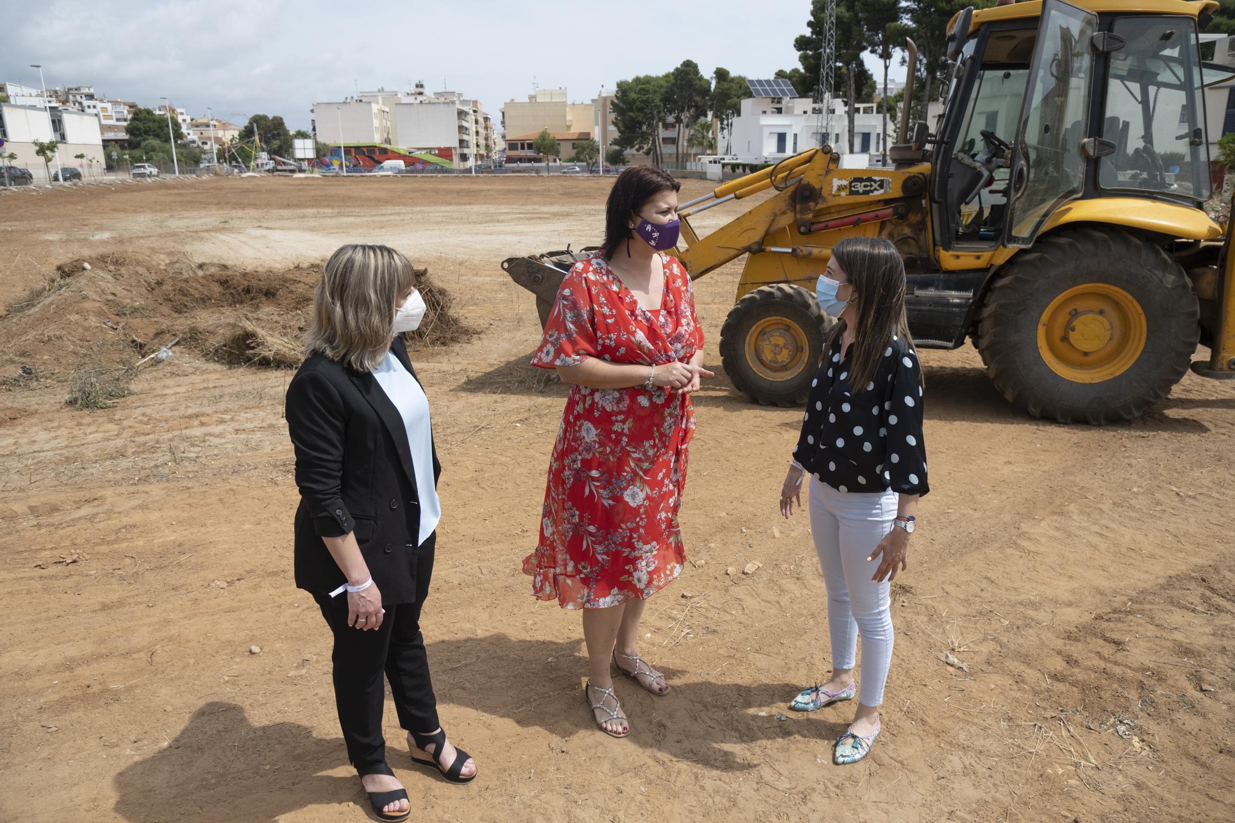 Puerta y Jiménez visitan la parcela en la que se construirán la Residencia y el Centro de Día de Oropesa