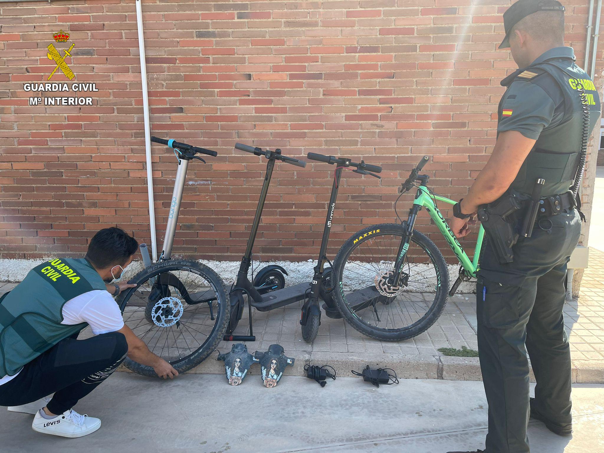 La Guardia Civil ha detenido a una pareja de jóvenes que sustraían bicicletas y patinetes eléctricos en la localidad de Benicàssim