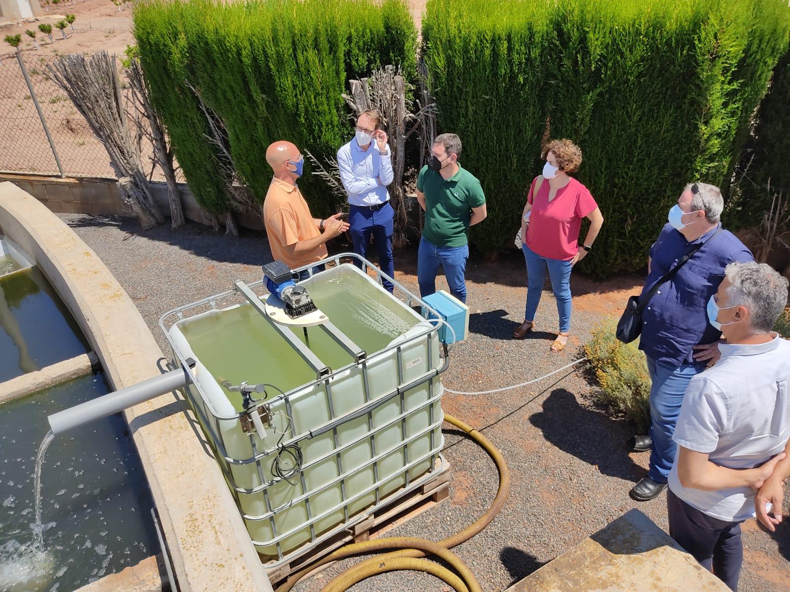 Garcia conoce un nuevo sistema de tratamiento de aguas residuales más respetuoso con el medio en la EDAR de Almenara