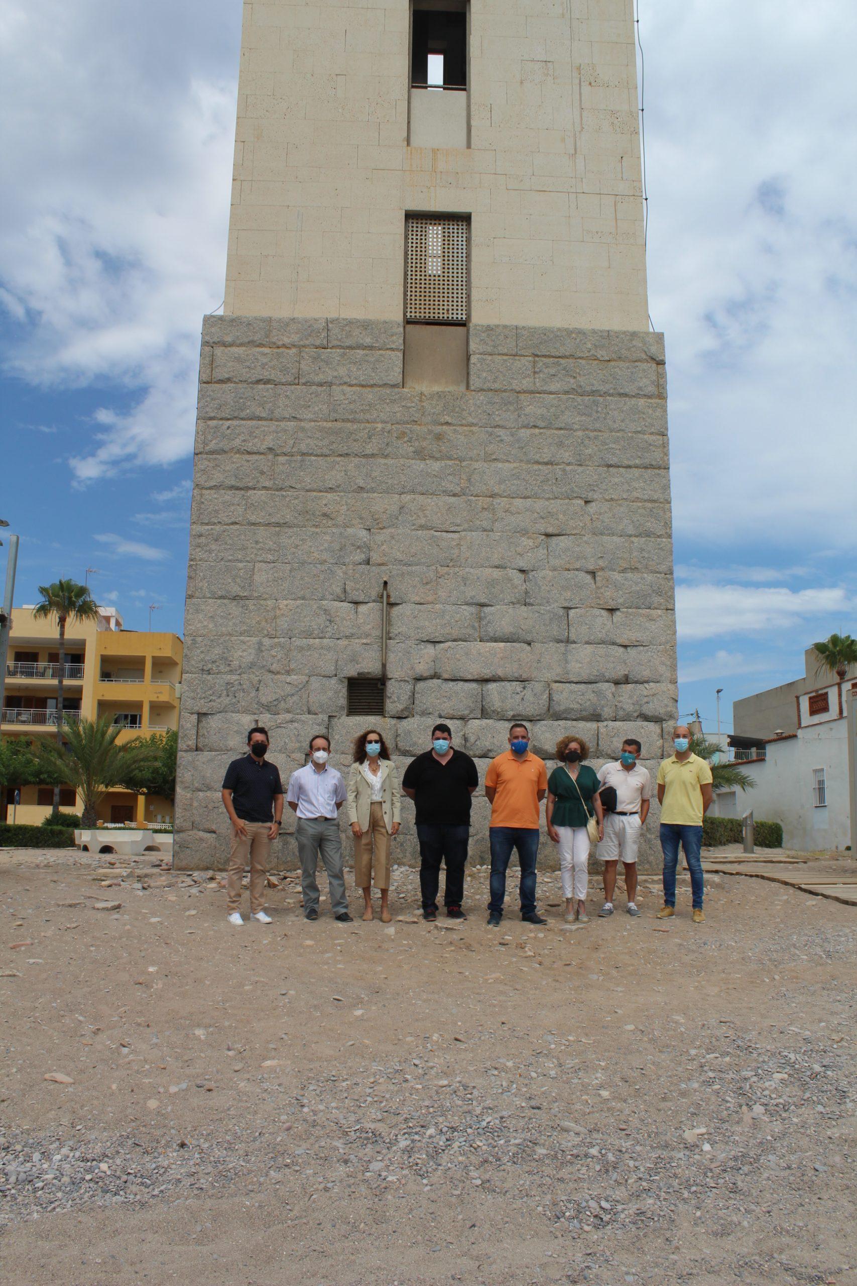 Nules recibe la visita de la arquitectura del faro de su playa y del presidente de la Autoridad Portuaria de Castell