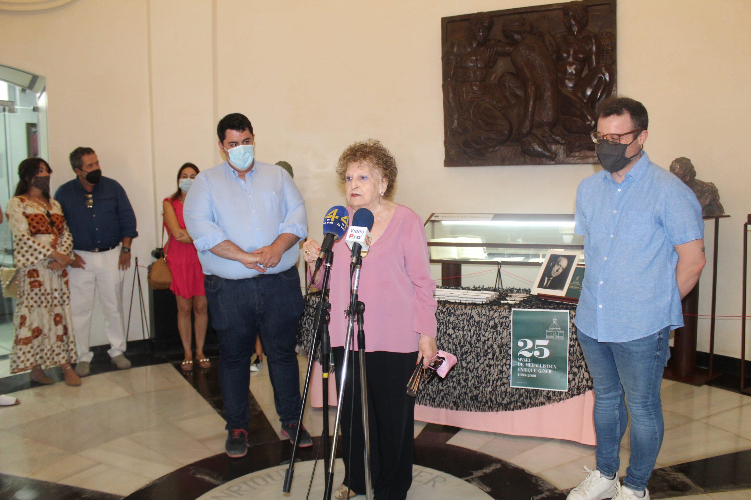 Nules otorga una medalla conmemorativa del 25 aniversario del museo de medallística Enrique Giner a la hija del escultor