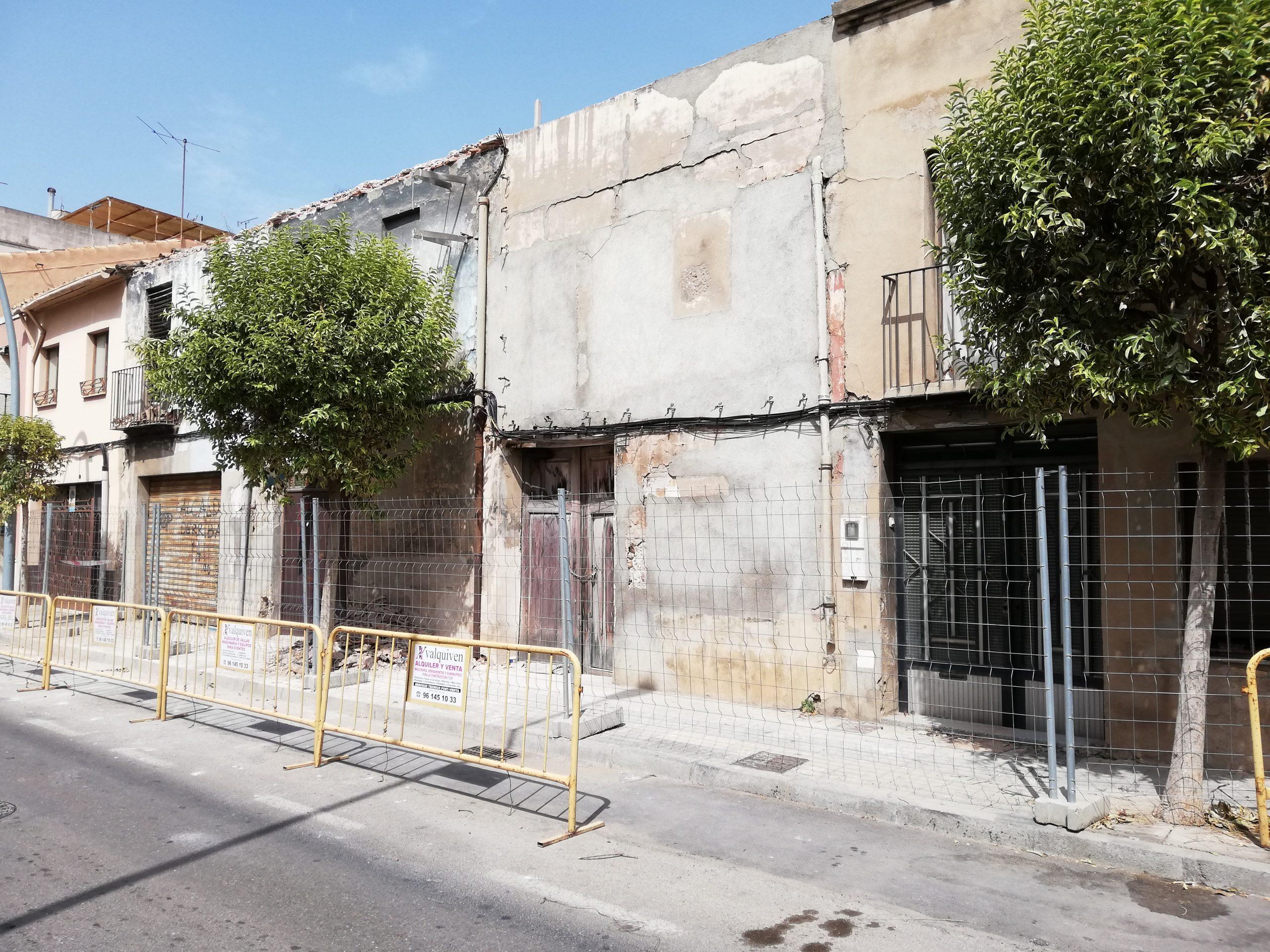 Vila-real soluciona otro 'empastre' urbanístico heredado con el derribo de cuatro casas en ruina en la calle Vicente Sanchis