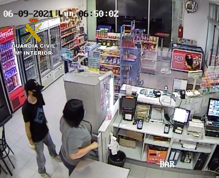 La Guardia Civil detiene a dos personas por dos delitos de robo en una gasolinera de Almassora