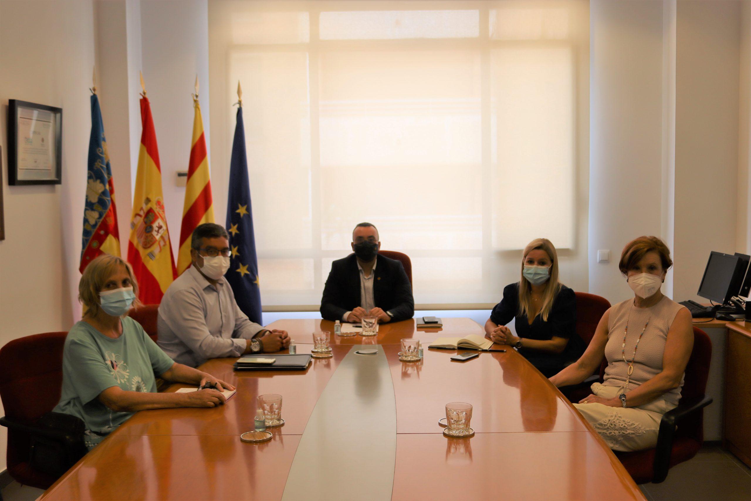 Benlloch recibe a familiares de usuarios de Domus Vi para mediar con la Generalitat por el brote en la residencia